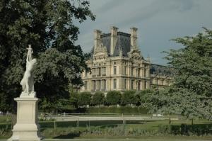 2 Sisters in Paris in the Tuileries Garden