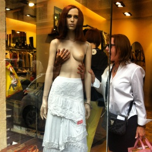 oh no!  a naked mannequin! www.2sistersinparis.wordpress.com