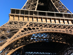 2 sisters in paris the eiffel tower
